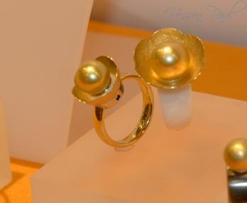 Goldene Blüten auf Gold oder auch weissem Keramikring