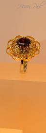 Granat facettiert mit filigraner Goldscheibe