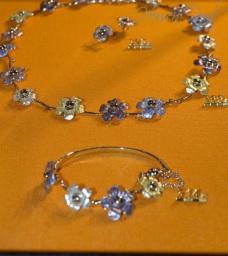 feines, leicht zu tragendes Silberblütencollier in Pastelltönen emailliert