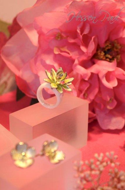 Keramikring mit Lotusblüte